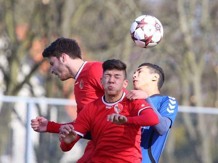 #Ergün #Cakir (links) & #Kaan #Özdemir gehen zum Kopfball hoch. | 20. Spieltag Hertha 03 Zehlendorf vs. BAK 07 (Saison 14/15) - Ergebnis: 1:1 Unentschieden