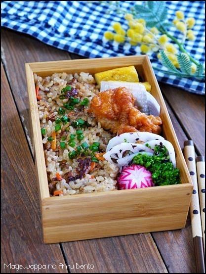 posted by @ahiru_bento 生姜と挽肉の炊き込みご飯弁当。これにアツアツのお吸い物をフードポットに入れて持たせました。#obentoart #bento #お弁当