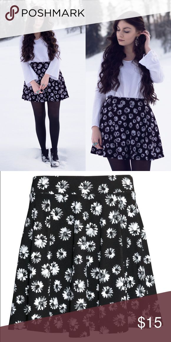 H&M Black Floral Circle Skirt Black and white daisy print circle skirt from H&M with elastic waist and silver zipper at back. H&M Skirts Mini