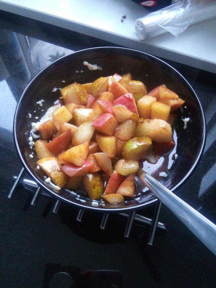 Applepie for breakfast.. wie wil dat nou niet? Met die gedachte maakte ik op een koude en regenachtige ochtend dit heerlijke en o zo simpele ontbijtje klaar. Eigenlijk is het een appel/peren taartj...