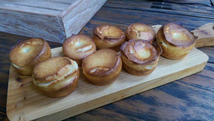 HOW TO: Super eenvoudig mini Yorkshire puddinkjes maken. In een handomdraai maak je deze verrukkelijke mini Yorkshire puddinkjes. Ingrediënten 1 grote mok bloem (standaard) 1 grote mok halfvolle melk (zelfde mok als de bloem) 1 cupcake bakblik Zeezout 1 ei olijfolie blender Beschrijving Oven voorverwarmen op 220 graden Zet het cupcake blik op het vuur …