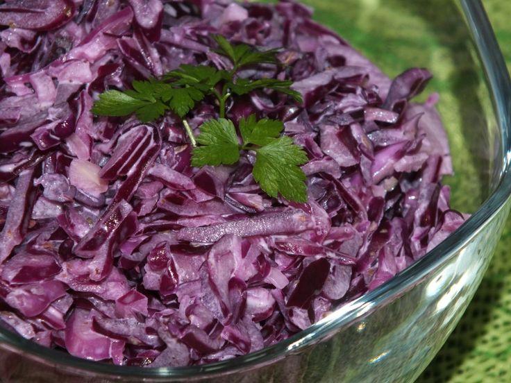 To zwykła surówka z kapusty o pięknym purpurowym kolorze. Do tego jest tania i błyskawiczna do przygotowania. Do jej wykonania potrzeba nam zaledwie kilka składników: kapustę, cebulę - to jedyne dwa główne składniki, jeszcze tylko majonez - składnik sklejający ;) i przyprawy: sól i pieprz; orzeźwiający i poprawiający kolor kapusty - sok z cytryny oraz regulujący trawienie -  majeranek :) Zachęcam do spróbowania i życzę smacznego :) Przepis na surówka z czerwonej kapusty z majonezem.