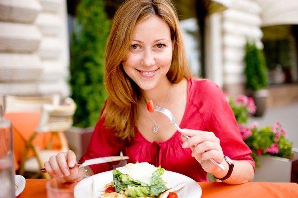 mujer comiendo para perder peso