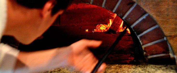 Il forno a legna e le mani esperte del pizzaiolo.