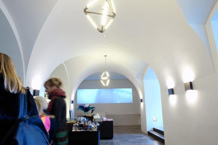 Støjdæmpende akustikpuds giver uventet ro i det rå lokale med de gamle hvælvinger.
