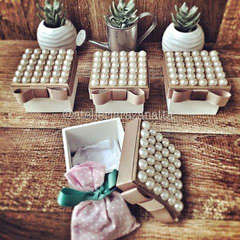 Clássicas! Pérolas e madeira combinação perfeita! #boa noite #presentescustomizados #lembrancinhas #casamento #maternidade #batizado #bodas #15anos #brindecorporativo #festadecasamento #wedding #eventocasar2016 #caixa #caixadeperolas #bemcasado #docesfinos #amendoas #encontrandoideias #instababy #festejarcomamor #entrenafesta #mamaefesteira #mildicasdemae #portaldedicas #glamour #paisefilhos #coisasdoatelier #desde2013