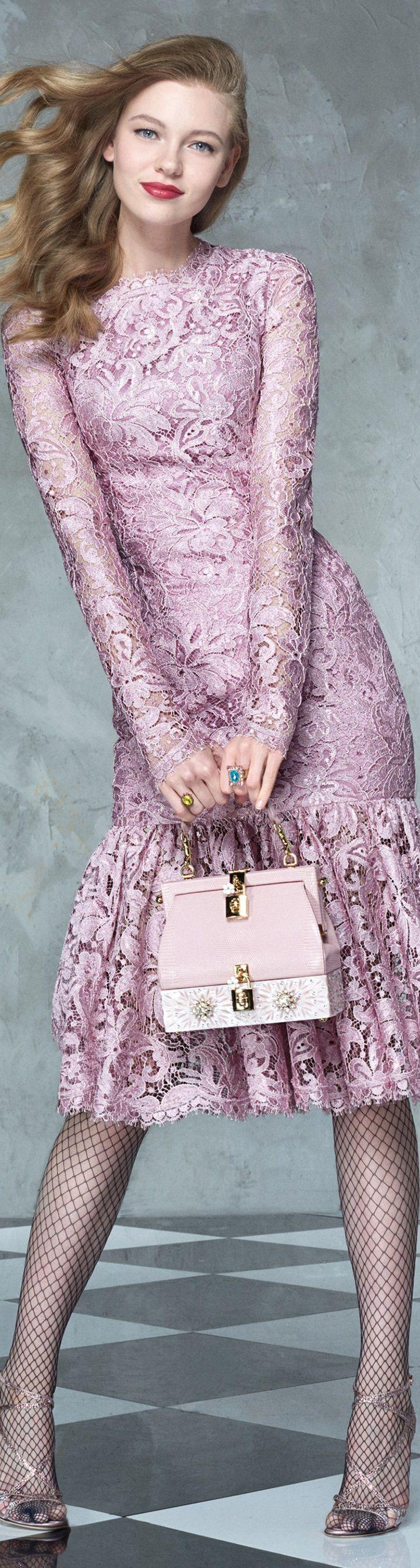 El vestido excelente, creo que las medias de red o malla y esas sandalias son demasiado!.. Quiero ese vestido!..