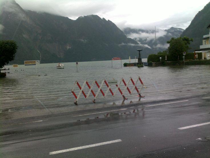 Hochwasser in Traunkirchen (der gesamte Parkplatz steht unter Wasser)