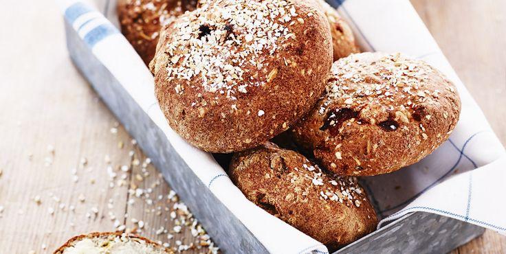 Vårt recept på glutenfria frallor med aprikoser och pumpakärnor passar utmärkt till eftermiddagskaffet men även för en lyxigare frukost.