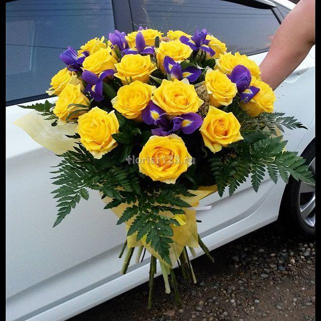 Букет из жёлтых роз с ирисами #цветы #ирисы #розы #букет #букетназаказ #цветыназаказ #доставкацветов #доставкацветовкраснодар #цветочнаякомпозиция #краснодар #florist123 #zvetochniyvals #цветочныйвальс