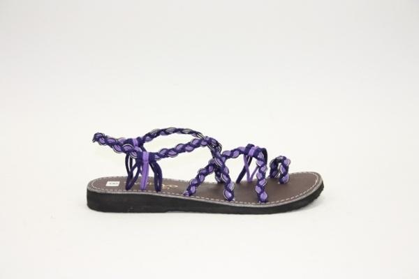 La Marine M 10  € 39,95  Geknoopte sandaal van La Marine in het lila paars combinatie.