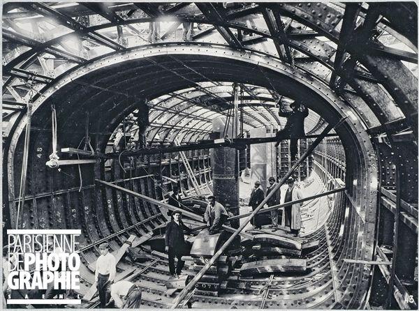 Paris, 18 Septembre 1905. Construction du métro vers la porte de Clignancourt, traversée de la Seine au Châtelet : intérieur du caisson. Paris, musée Carnavalet.