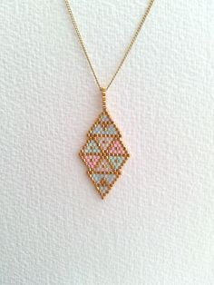 Pendentif a motifs géométriques en perles miyuki dans les tons pastels et or