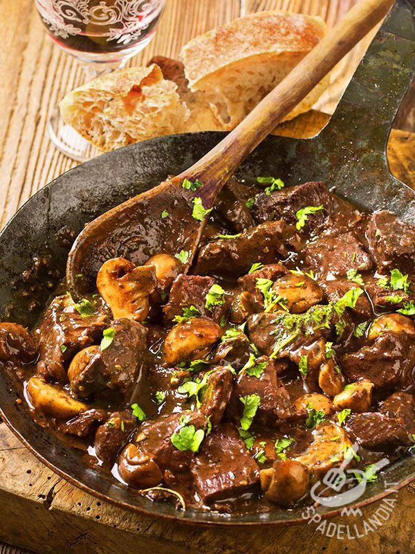Lo Spezzatino con gli champignon è un secondo semplice e molto prelibato: grazie all'aggiunta della maggiornana, il risultato sarà freschissimo.