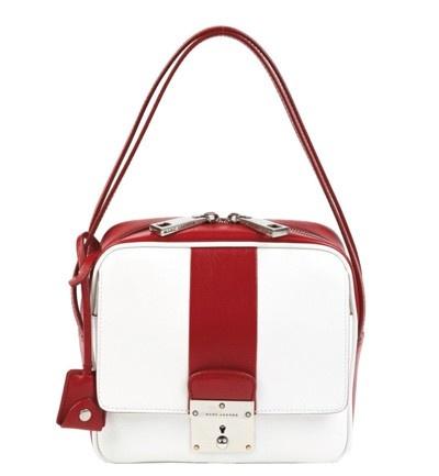 Compacto como el de las azafatas de los años sesenta, mini bolso de Marc Jacobs en rojo y blanco.