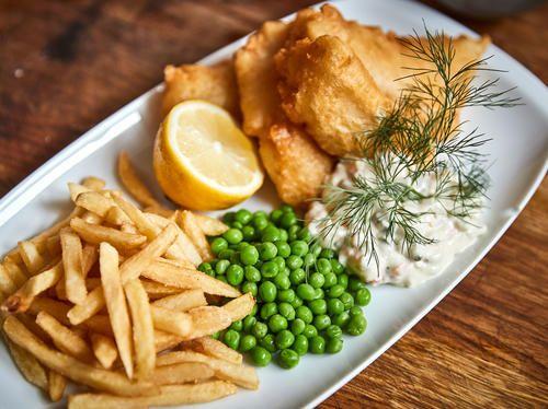 Fish and chips med currymajonnäs och ärtkräm | Recept från Köket.se