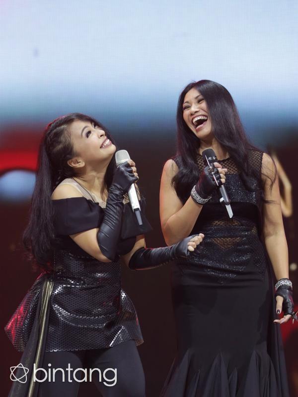 Tantri, vokalis Kotak mengaku sangat mengidolakan sosok Anggun sebagai salah satu penyanyi berkualitas yang dilahirkan Indonesia. Namun, siapa sangka Anggun juga memiliki rasa yang sama seperti halnya Tantri. Kepada Tantri, Anggun tak segan mengungkapkan rasa senang dan bangga. Anggun senang ketika Indonesia memiliki penyanyi yang memiliki kapasitas seperti Tantri. Karenanya, Anggun tak menolak kala mendapatkan tawaran berduet di lagu Teka Teki. (Bambang E Ros)
