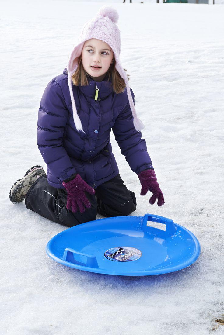 Liukurilla (28-745) vauhdin hurmaa lumisiin rinteisiin! Mitat: Ø 60 x 8 cm. Sinistä/punaista muovia. Yli 3-vuotiaille.