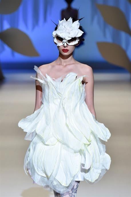 Τα πιο ιδιαίτερα, λευκά φορέματα από την Εβδομάδα Μόδας στο Τόκιο που ανταποκρίνονται άψογα ως νυφικά για όσες θέλουν να είναι λίγο πιο εκκεντρικές και εναλλακτικές την ημέρα του γάμου τους.