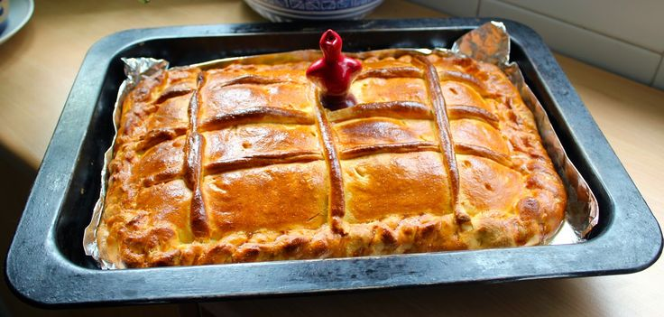 Cocinar es vivir y Bordar también: Empanada Berciana de acelga, chorizo y bacon / Chorizo pie from El Bierzo