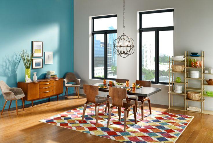 Agrega colores intensos en pequeños accesorios decorativos sobre mesas y estanterías.