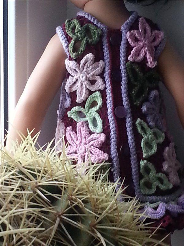 Платье выполнено в технике ирландского кружева. Использованы разные по толщине ниточки. Оборка двойная.Верхняя — в тон цветов по вишневому полю. / 1 200р