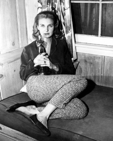 """Joanne Woodward with her Oscar for """"The Three Faces of Eve"""" (1957)"""