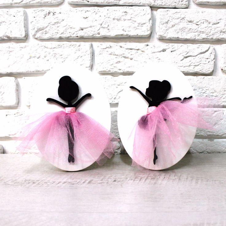 Знакомьтесь: наши маленькие балерины! Они недавно начали танцевать, но у них уже всё по-настоящему- пуанты, прическа и нежные, как облачка, пачки.  Поселите танцовщиц в комнате девочки, и они точно станут хорошими подружками. Конечно, любое панно это, прежде всего, декор. Но наша балерина станет также хорошей помощницей в развитии вашего малыша. • подбирайте музыку для танцев маленьких балерин; • придумывайте удивительные истории из их жизни- концерты, друзья, домашние питомцы; • разучивайте…