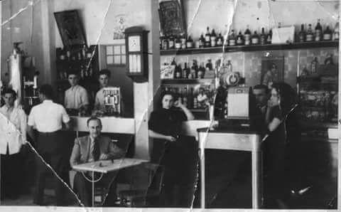 AMARCORD  Correva l'anno 1940. Questa è una caffetteria di Valona Albania.  Tra le persone ritratte nella foto c'è la signora Flora Bandello. Un'italiana nata a Valona nel 1923 città in cui ha vissuto fino al 1946. La foto ci è stata mandata dal figlio della signora Flora Antonio Bisceglie è parte dell'archivio della loro famiglia. Loro oggi vivono in Puglia. La signora ha 94 anni. http://on.far.al/1NJb2pd