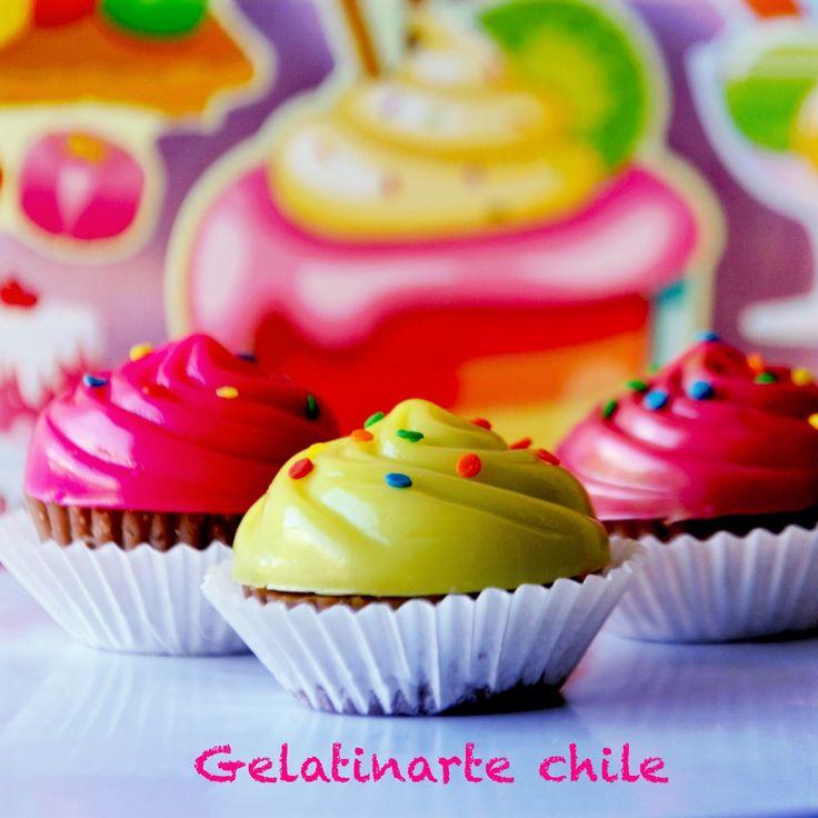cup cake de gelatina con rellenos de frutas , galletas chocolates , ideales para mesa de postres .