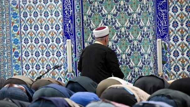 Muslimische Gläubige im Gebetsraum einer Ditib-Moschee in Stuttgart