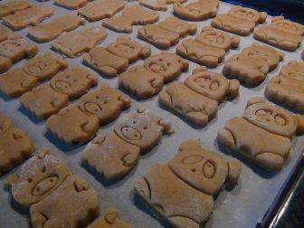 Udělejte svým dětem radost domácími sušenkami ve tvaru zvířátek. Těsto je rychle hotové a dobře se s ním pracuje. Do vykrajování navíc můžete zapojit vaše malé pomocníky :)