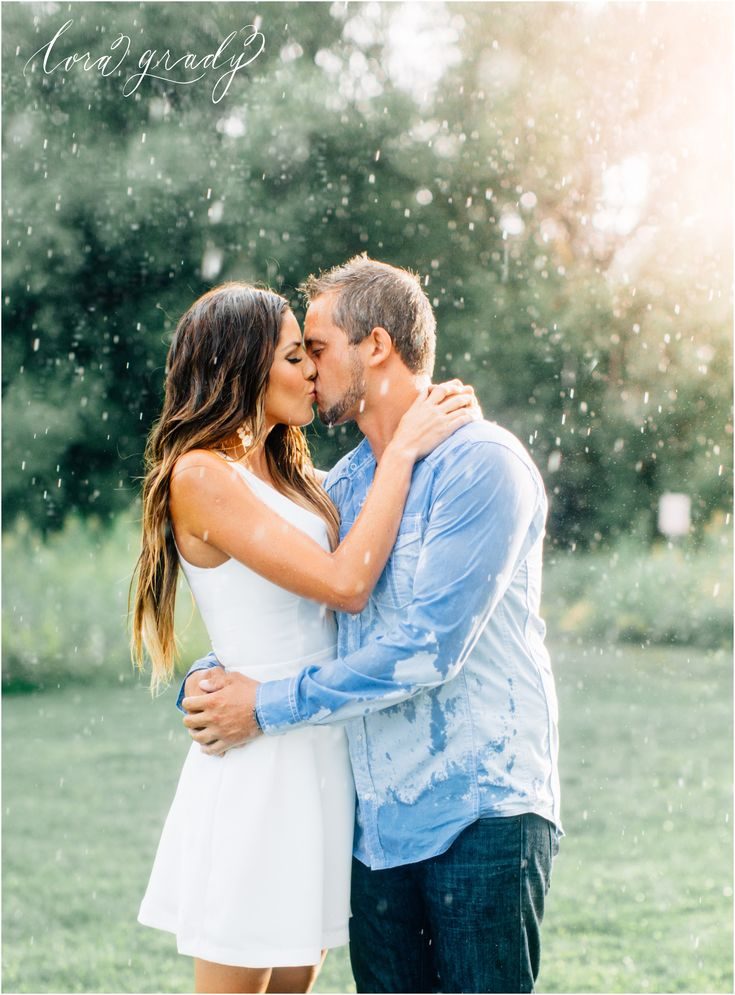 make the best out of your rainy engagement photos! www.loragradyphotography.com  Seattle Wedding and Engagement photographer Lora Grady