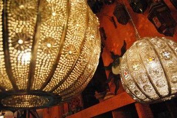 Goudkleurige of bronskleurige opengewerkte lampen.