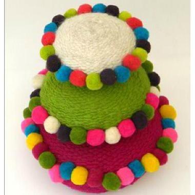 Almohadones argentinos redondos tejidos en telar con pompones