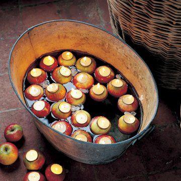 Pommes creusées comme des photophores avec des bougies chauffe-plat pour les fêtes de Noël