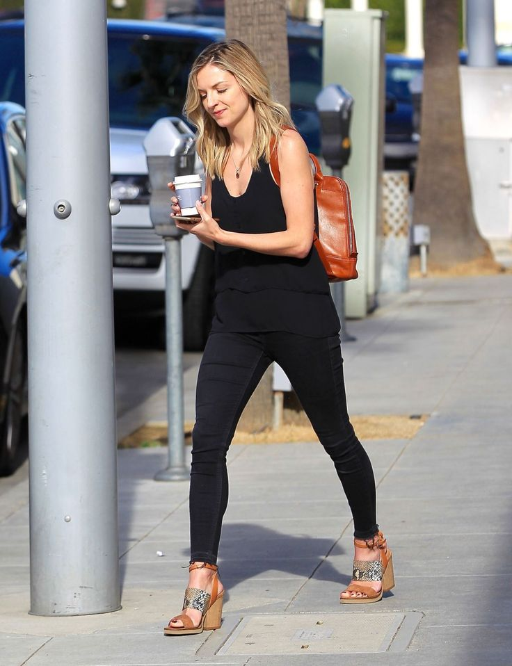 maude-hirst-out-for-coffee-in-beverly-hills-02-13-2017_6.jpg (1200×1562)