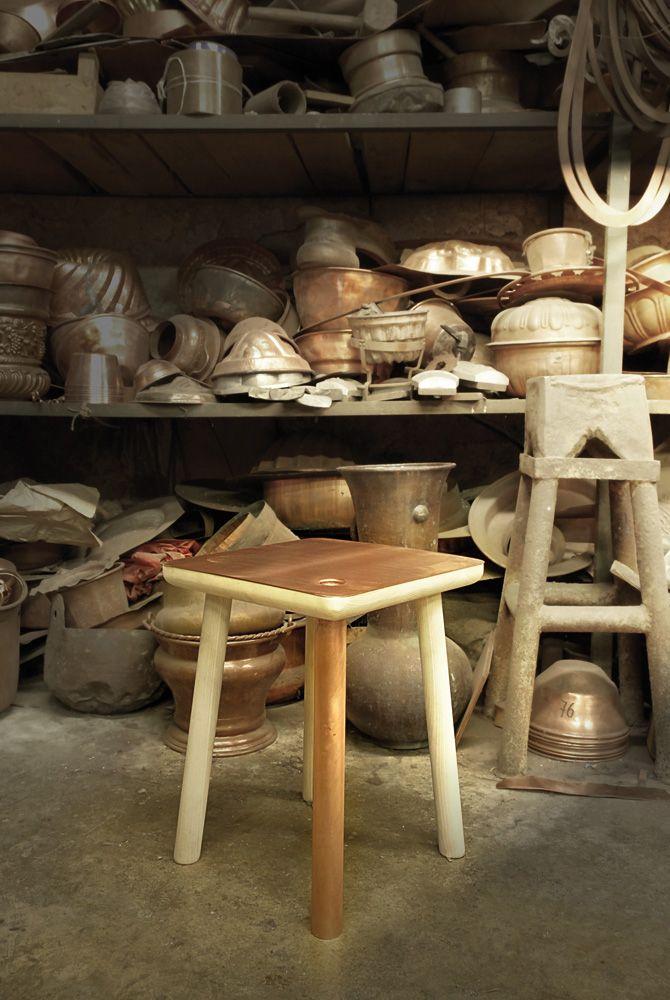 Waar je voorheen #woonaccessoires van koper werden vervaardigd, kom je steeds meer top #design meubels van #koper tegen.
