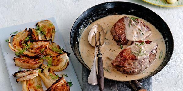 Bistecca alla Gorgonzola  bistecca alla gorgonzola  hoofdgerecht | 4 personen   5 el olijfolie  2 tl grof zeezout  4 biefstukken, op kamertemperatuur  150 g gorgonzola (piccante is onze favoriet!), in stukjes  1 takje rozemarijn  175 ml slagroom  Voeg de gorgonzola toe aan het bakvet. Laat de kaas op laag vuur smelten. Voeg dan de rozemarijn en de slagroom toe en roer glad. Verwarm de saus nog 1-2 min. tot deze gewenste dikte heeft.