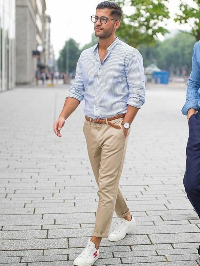 vetement homme stylé, pantalon beige avec des baskets blanches, ceinture  tressée marron clair, chemise bleue avec des rayures verticales blanches,  lunettes ... 1421995100d7