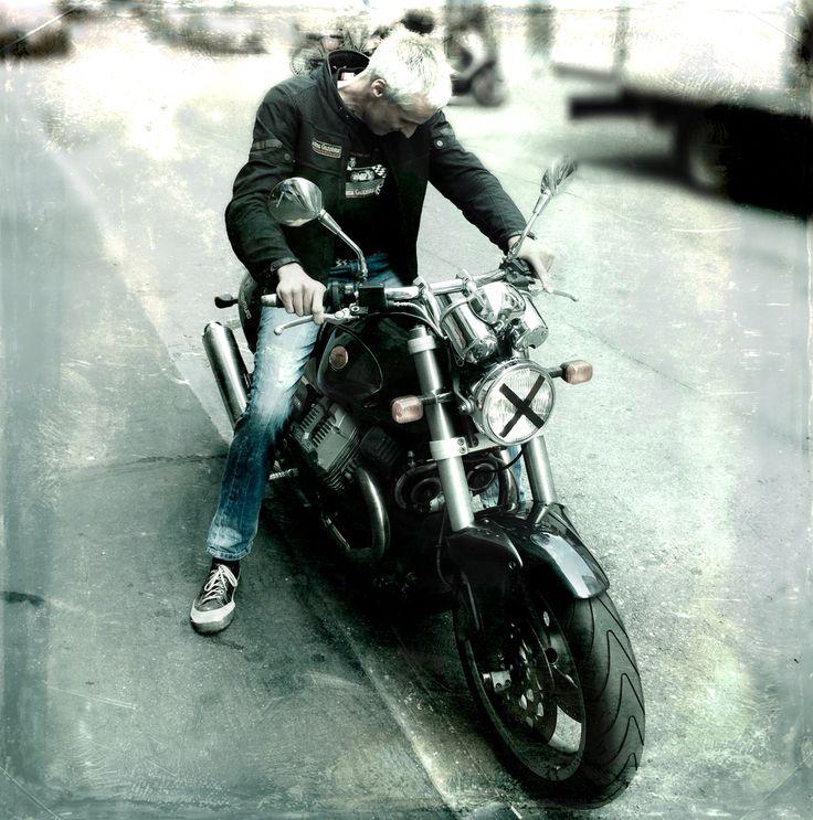 L'amore per la moto riesce, quasi per magia, a liberare l'energia imprigionata nel cuore degli uomini, e a illuminare i sotterranei dell'anima. Claudio Costa