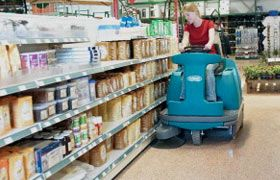 La piccola e agile #spazzatrice S12 di #Tennant è adatta a tutti gli ambienti. In questa immagine la vediamo all'opera in un #supermercato #Retail