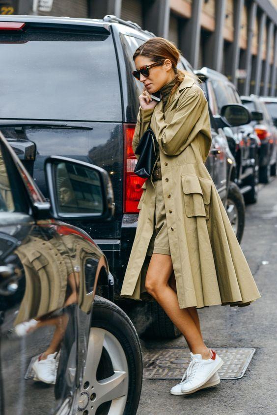 Обнаженная девушка в халате и туфлях