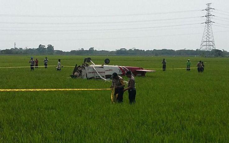 Terbalik dan Menghantam Sawah, Pesawat Latih Ini Jatuh di Cirebon - http://www.rancahpost.co.id/20160860553/terbalik-dan-menghantam-sawah-pesawat-latih-ini-jatuh-di-cirebon/