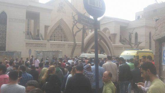 La prima esplosione in una cittadina a nord del Cairo, la seconda nella città del patriarcato. Decine di persone sono rimaste ferite. I cristiani copti costituiscono circa il 10% della popolazione del Paese. Fra 3 settimane la visita di Papa Francesco
