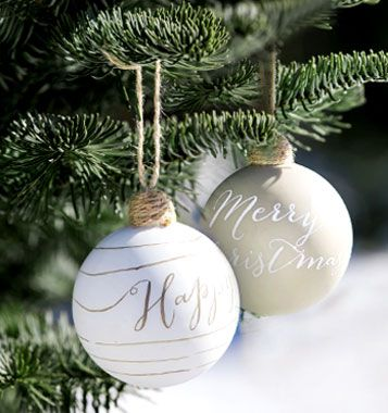 Kerstballen in goud en wit voor een Scandinavische kerstboom.
