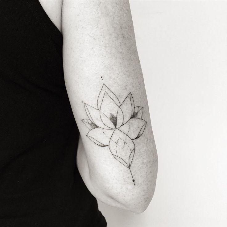 """A flor de lotus da Priscila <span class=""""emoji emoji1f495""""></span> #carlagalvao #tattoo #tatuagem #tatuaje #fineline #blackwork #lotus ..."""