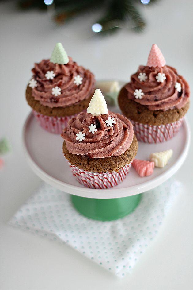 Siete curiosi di scoprire la mia seconda proposta perLove Bakery? Ecco a voi i miei cupcake al cioccolato al sapore di ciliegia: super morbidi, con una farcia gustosa ed un cuore alla marmellata.    Per renderli Fashion di Gusto aggiungete fiocchi di neve e alberelli colorati... ed ora andiam