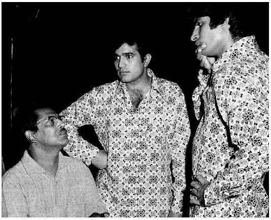 Rare pic! Right from the sets of Namak Haram, Amitabh Bachchan and Rajesh Khanna with Hrishikesh Mukherjee