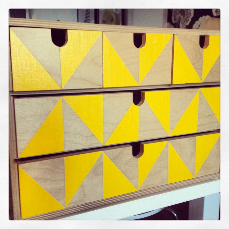 IKEA, MOPPE. Afplakken met tape. Driehoekjes maken. Verven.